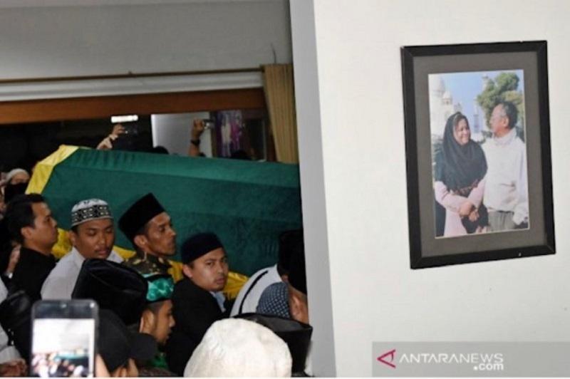 Momen Haru di Pemakaman Gus Sholah