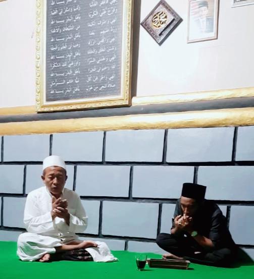 Pengasuh Ponpes Darul Umum Asy-Ariya, KH Mansur saat bertemu dengan salah satu pemuda NU, Gugus Joko Waskito (foto/clicks.id)