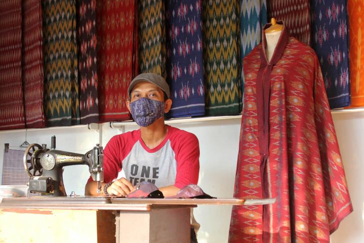 Masker beresleting  menjadi salah satu produk UMKM tenun ikat di tengah pandemi (foto/Antara)