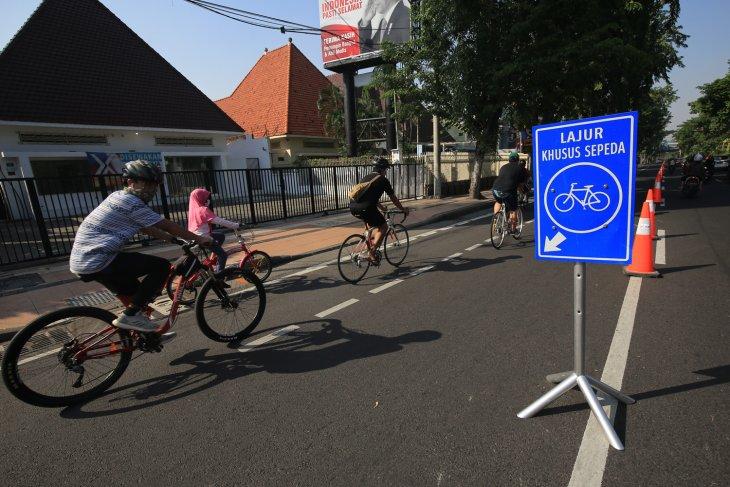 Sejumlah lajur khusus sepeda di Surabaya diperlebar. (foto/metrotv)