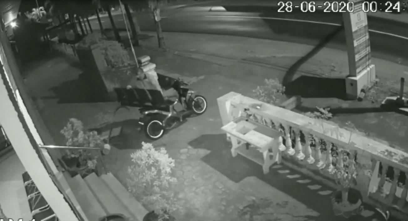 Aksi pencurian bangku tunggu Puskesmas di Mojokerto tertangkap kamera CCTV