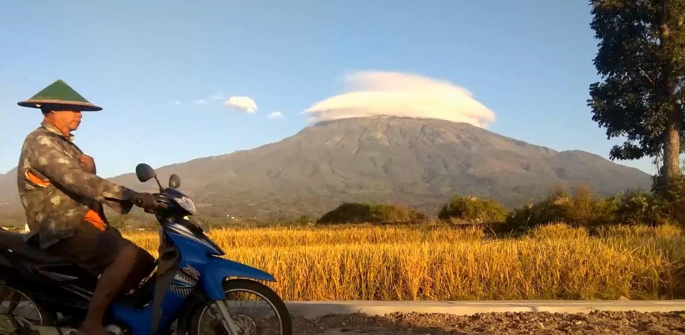 Viral, Fenomena Awan Berpayung di Puncak Gunung Lawu