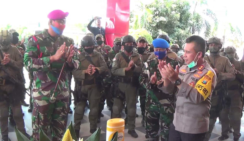 Pasukan Intai Amfibi Marinir Serbu  Mapolres Probolinggo