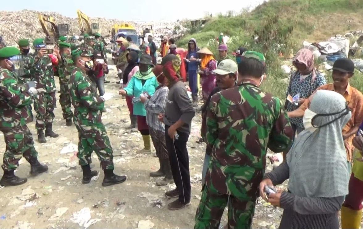 Tetes Air Mata Pemulung Sambut Kedatangan Prajurit TNI di TPA Ngipik