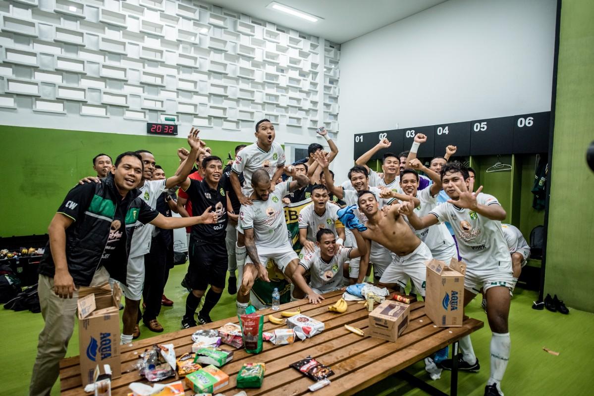 Skuat Persebaya saat merayakan kemenangan beberapa waktu lalu. (foto/persebaya)
