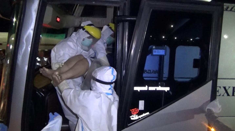 Proses evakuasi korban meninggal mendadak dalam bus menerapkan protokol kesehatan (Foto / Metro tv)