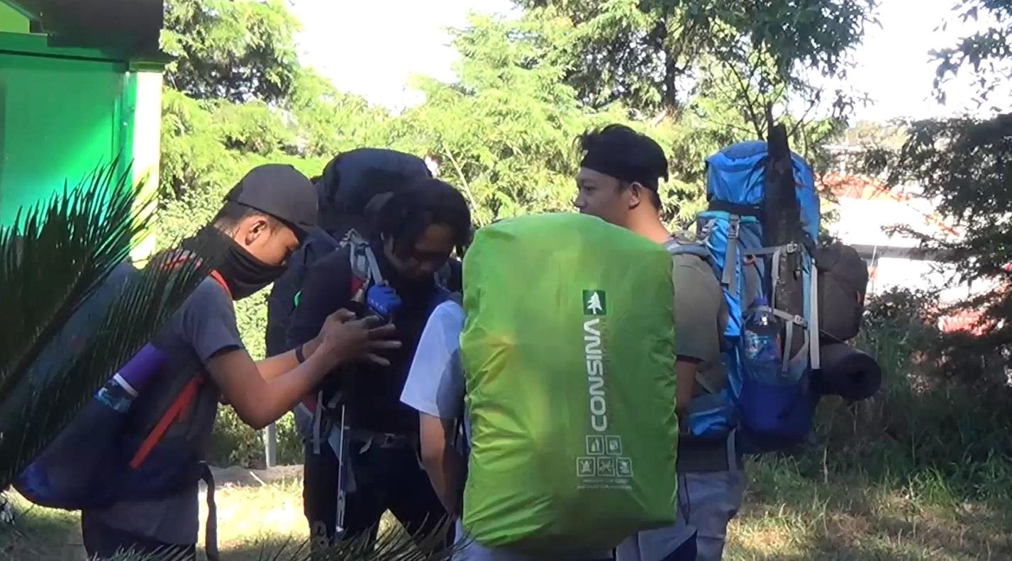 Sejumlah pendaki berdoa sebelum mendaki Gunung Lawu menghadapi cuaca ekstrem (Foto / Metro tv)