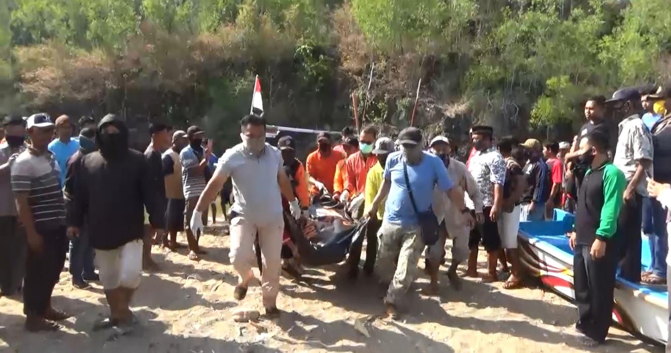 Proses evakuasi jasad Fauzan yang tewas tersapu ombak saat memancing di Pantai Langitan (Foto / Metro TV)