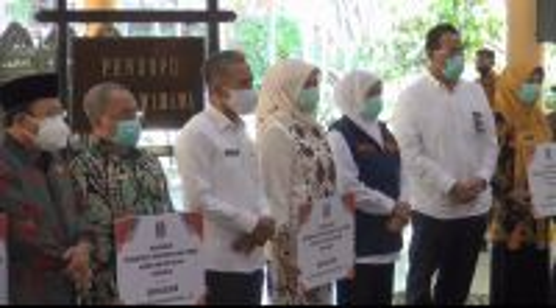 Gubernur Jatim Serahkan Bantuan 26 ventilator ke 15 RS Rujukan