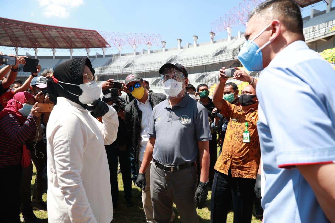 Menpora Zainudin Amali melihat proses pembangunan dan renovasi Stadion GBT Surabaya (foto/Kemenpora)