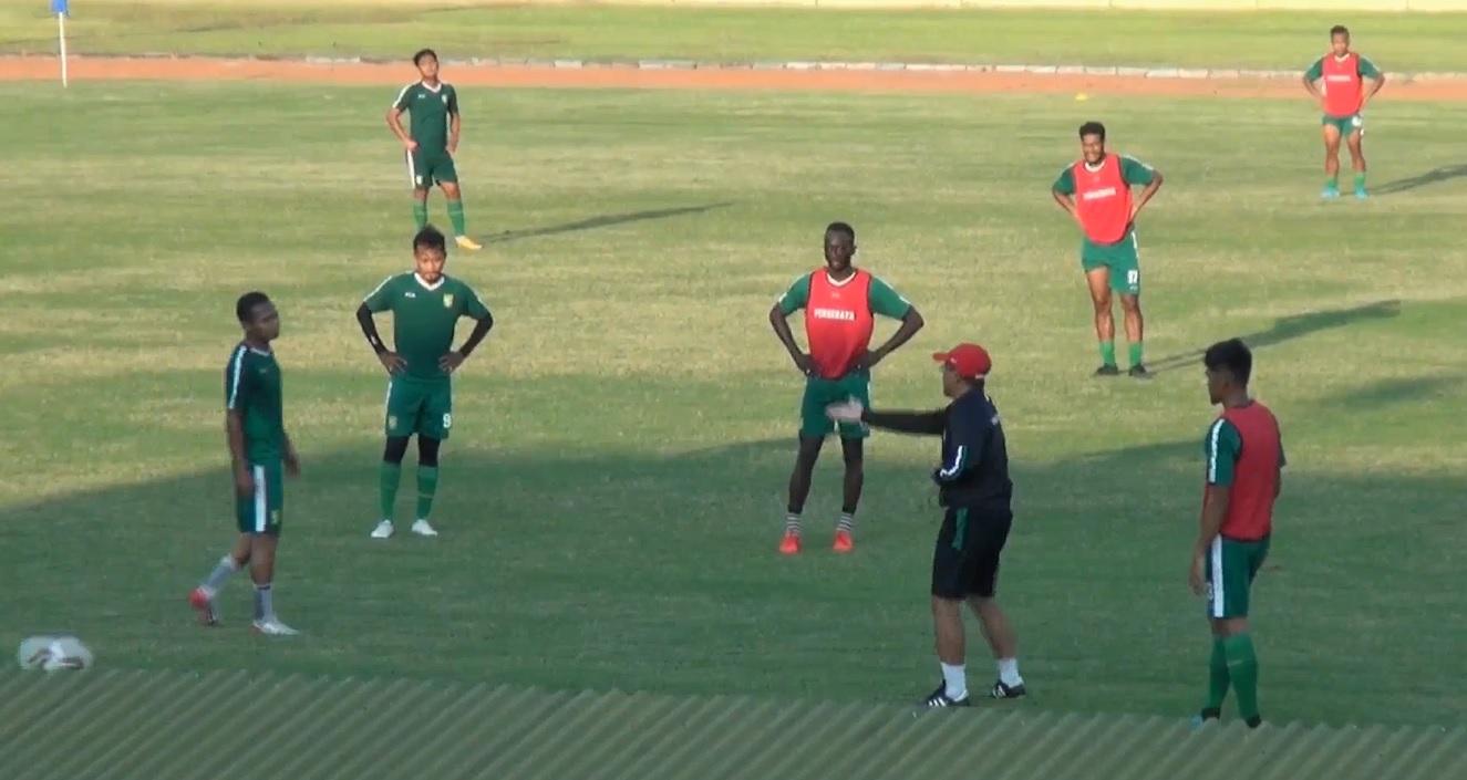Pelatih Persebaya Fokus Latihan Taktikal Pemain