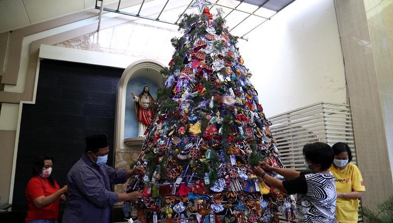 Unik, Warga NU Surabaya Hias Pohon Natal dengan Masker