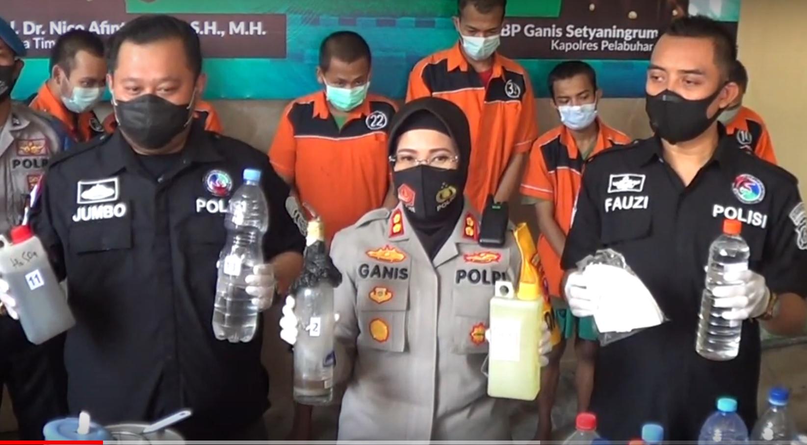 KapolrPelabuhan Tanjung Perak, AKBP Ganis Setyaningrum menunjukkan barang bukti bahan pembuatan sabu. (metrotv)