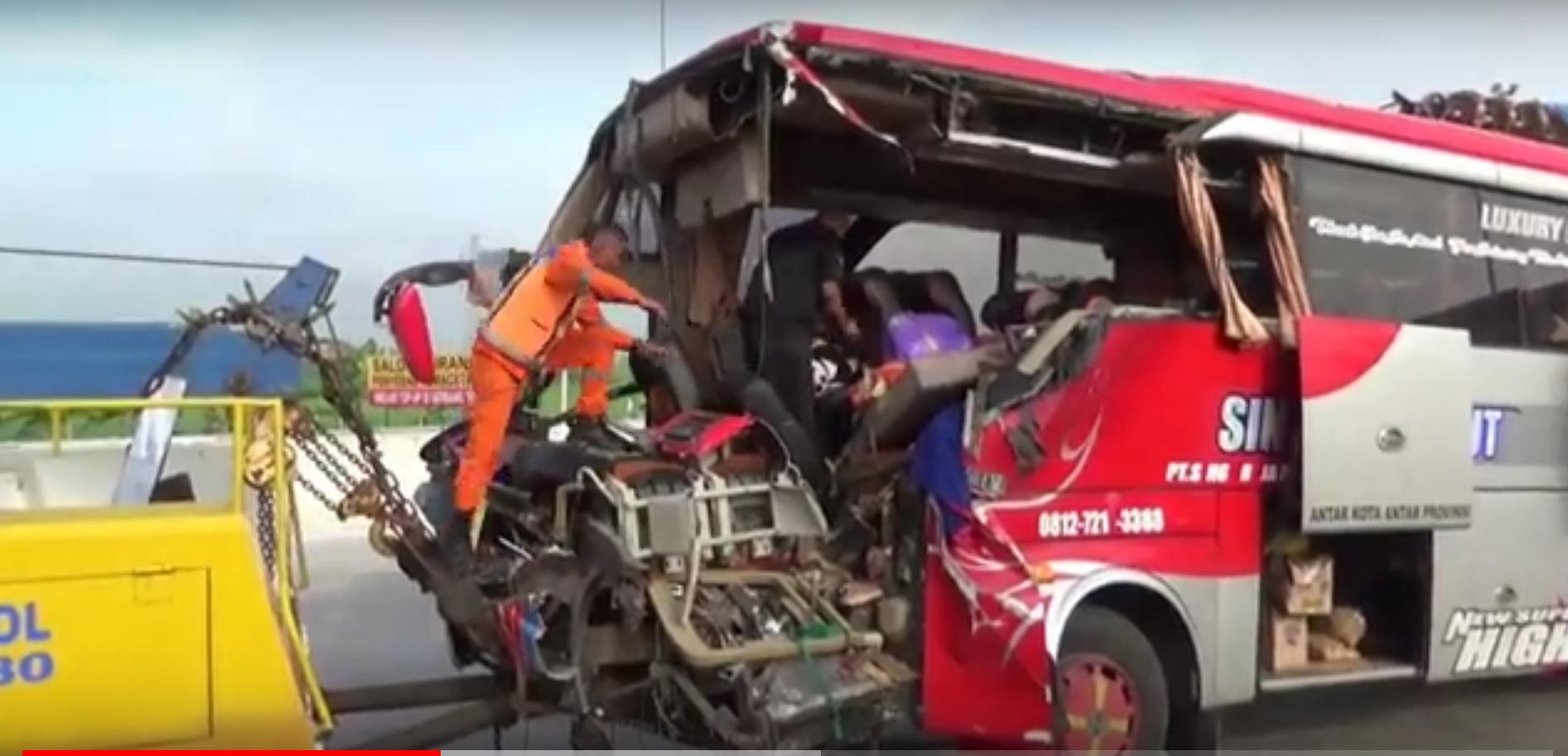 Petugas mengevakuasi barang-barang penumpang selamat dari bus yang mengalami kecelakaan (Foto / Metro TV)