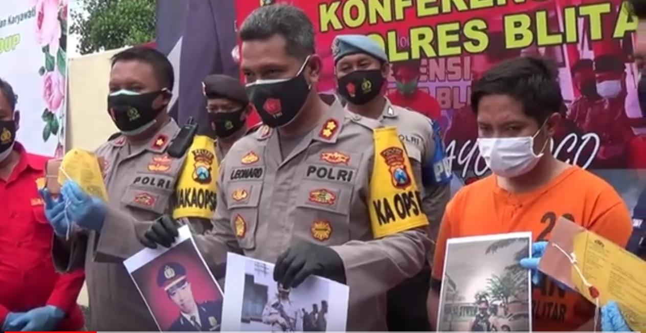 Kapolres Blitar, AKBP Leonard Sinambela menunjukkan barang bukti foto perwira polisi yang digunakan DH untuk memperdaya wanita (Foto / Metro TV)
