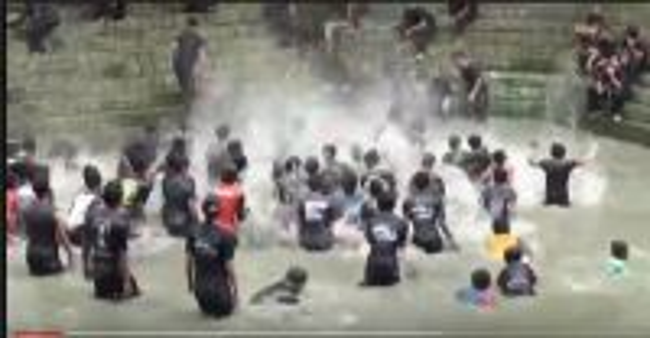Tradisi Keduk Beji di Ngawi, Mandi Lumpur Hingga Perang Tongkat