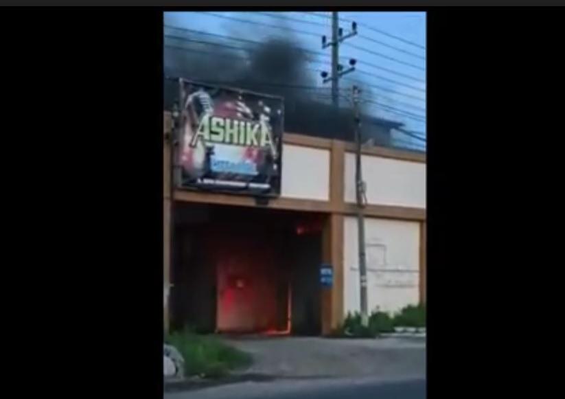Kepulan asap membubung dari atap Hotel Ashika Situbondo. (metrotv)