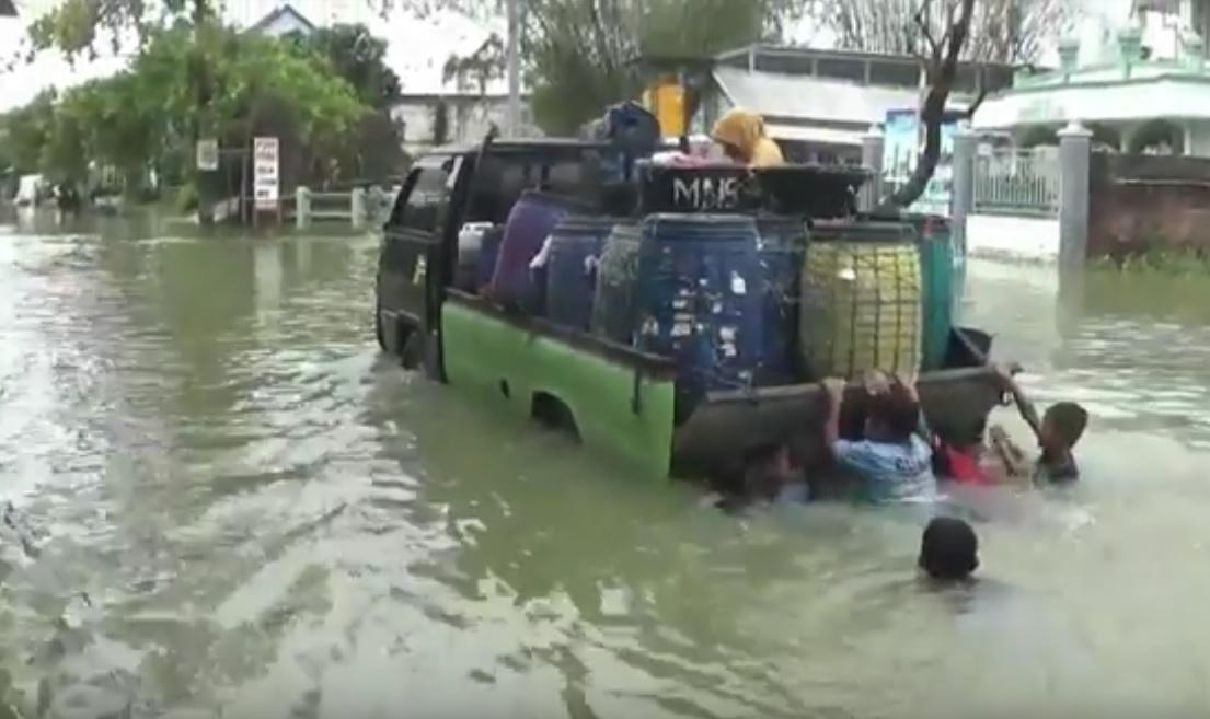 Banjir di Lamongan melumpuhkan akses jalan, (metrotv)
