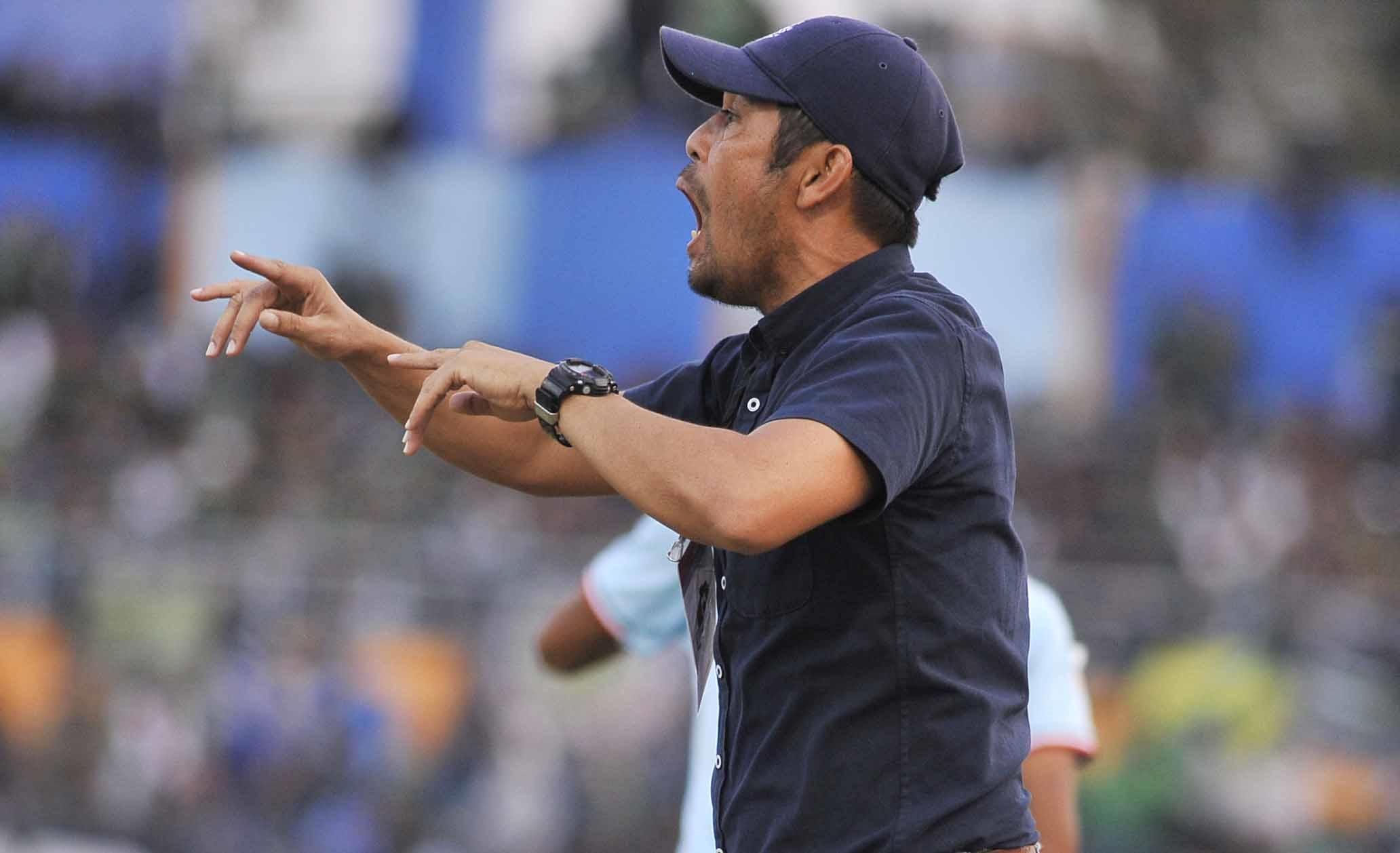 Nil Maizar saat memimpin pertandingan Persela musim lalu. (ft/clicks.id)