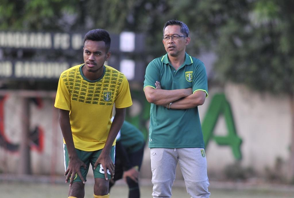 Aji Santoso saat memimpin latihan Persebaya musim lalu. (ft/clicks.id)