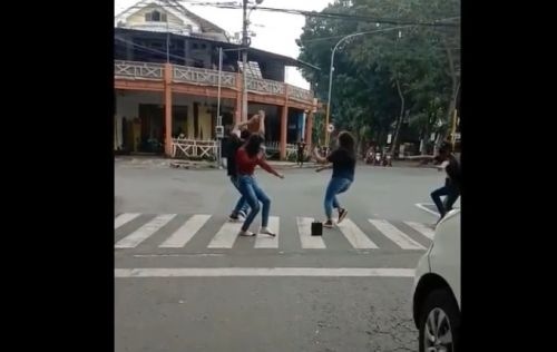 Sejumlah remaja joged di zebra cross demi konten youtube (Foto / Metro TV)