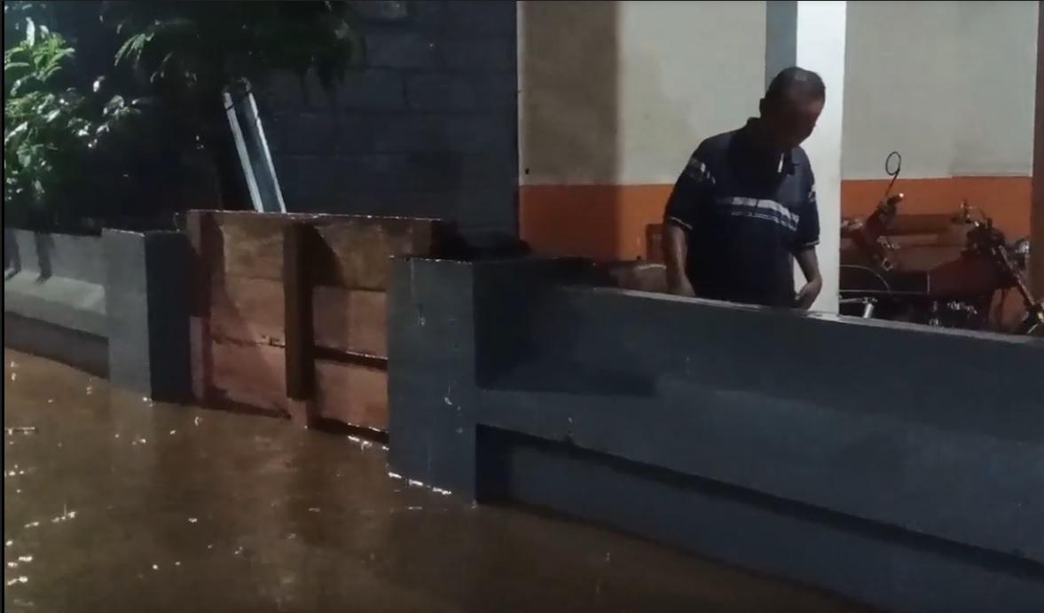 Banjir Setinggi Dada Terjang Ratusan Rumah di Probolinggo