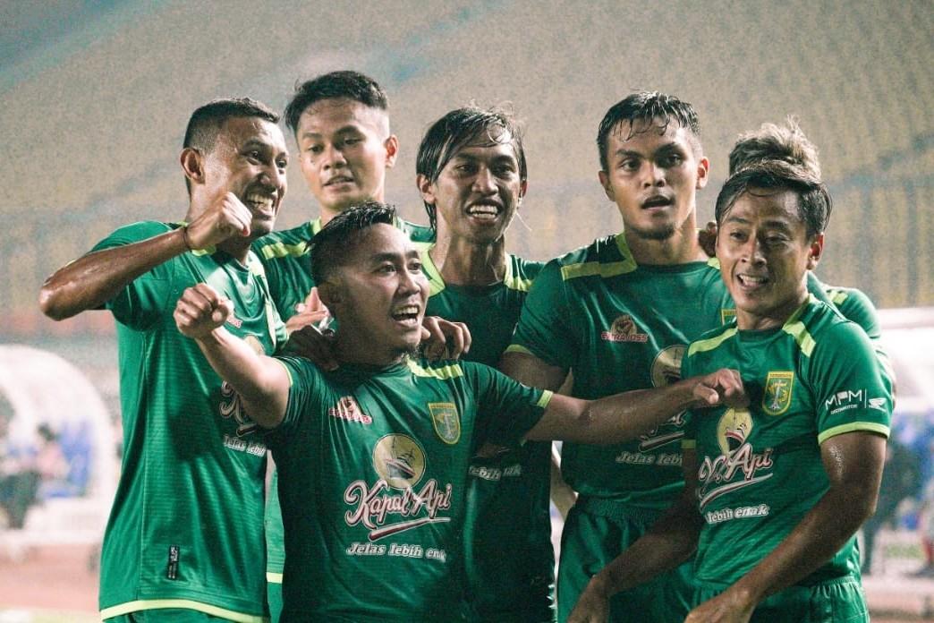 Rendi Irwan bersama pemain Persebaya lainnya melakukan selebrasi setelah mencetak gol kemenangan bagi Bajol Ijo. (Foto / Persebaya)
