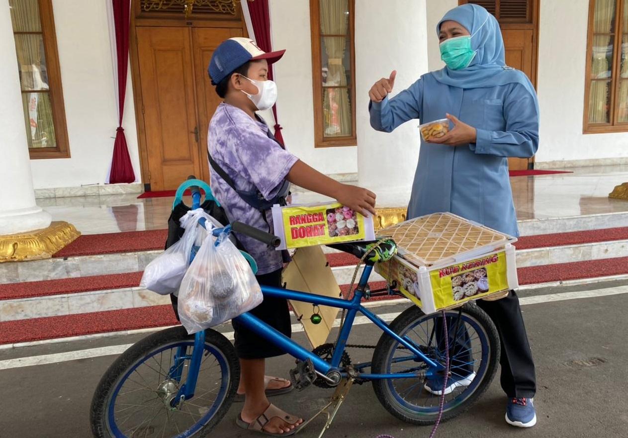 Gubernur Jawa Timur, Khofifah Indar Parawansa, menemui Rangga Supriyadi,bocah penjual donat keliling di Surabaya (Foto / Reno Reksa / Metro TV)