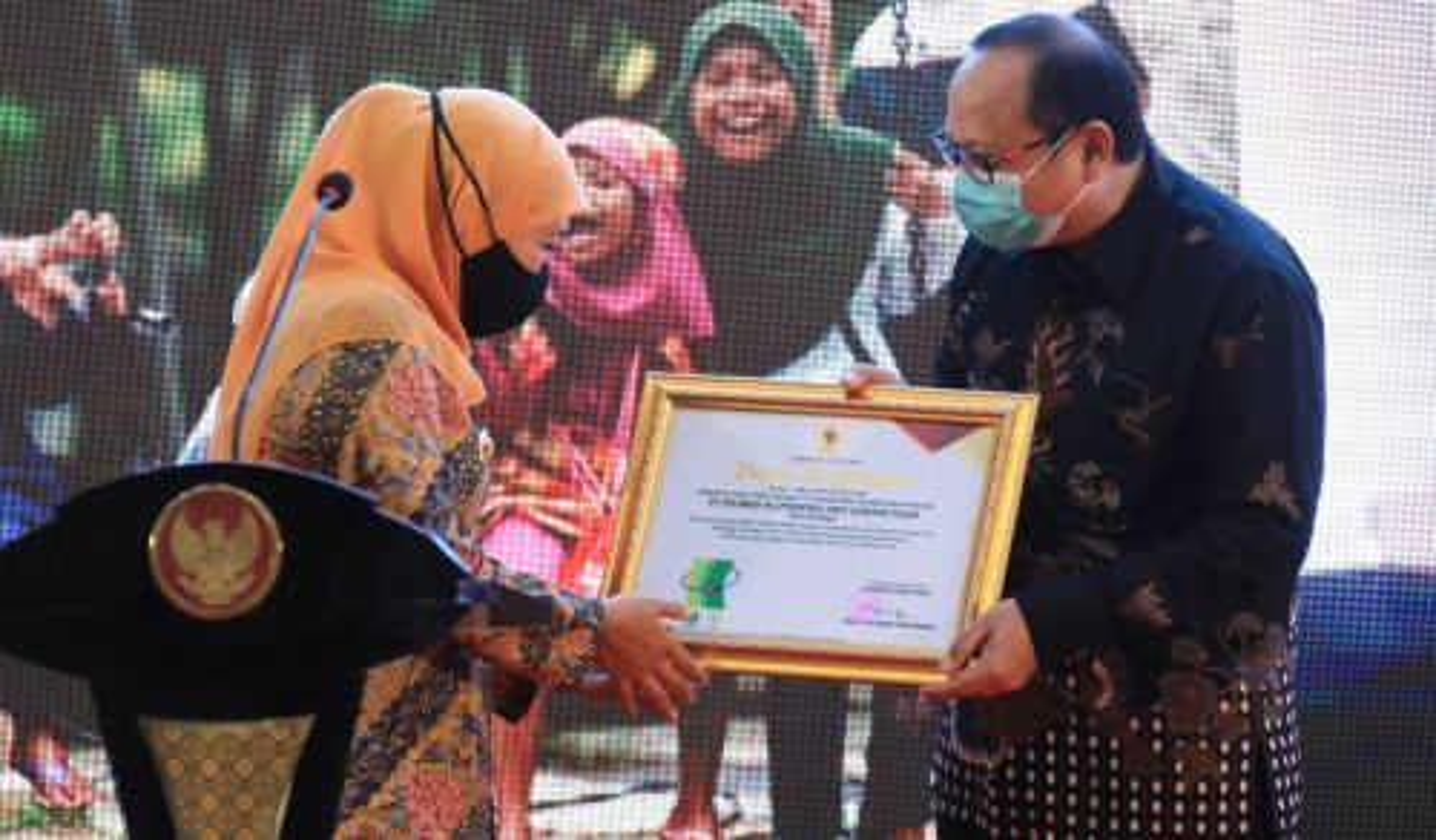 Gubernur Jatim, Khofifah Indar Parawansa memberikan penghargaan Pelindo (Foto / Clicks.id)