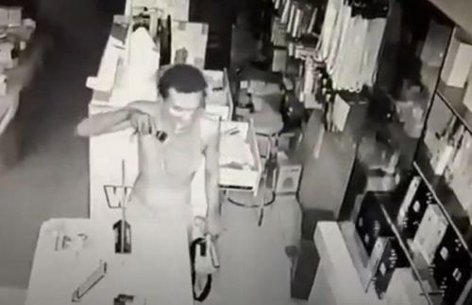 Rekaman CCTV tersangka AG saat membobol gerai ponsel di Ponorogo (Foto / Metro TV)