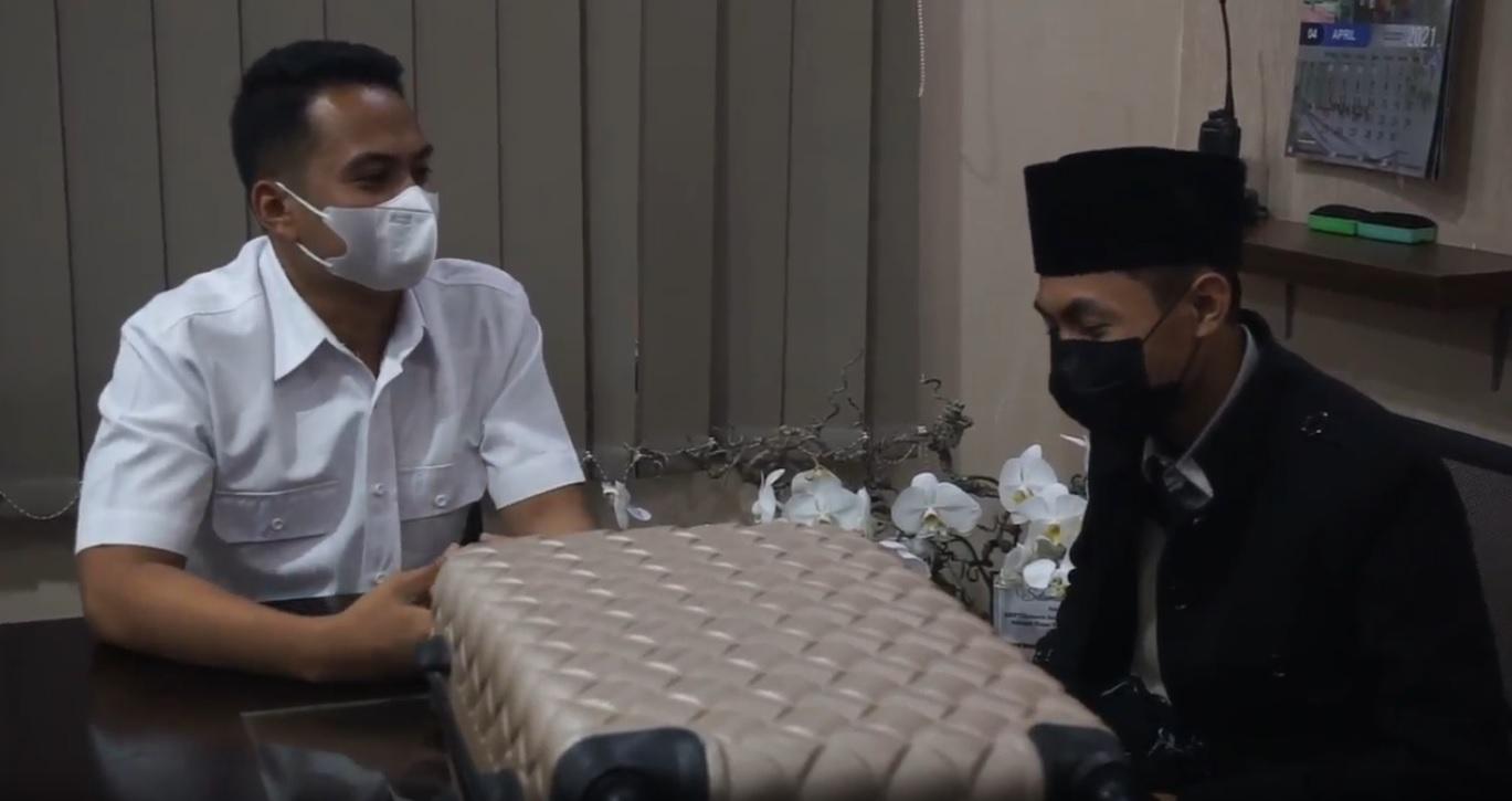 asat Reskrim Polres Mojokerto, AKP Tiksnarto Andaru Rahutomo saat menanyakan alasan Faris meninggalkan kopernya yang berujung membuat panik warga (Foto / Metro TV)