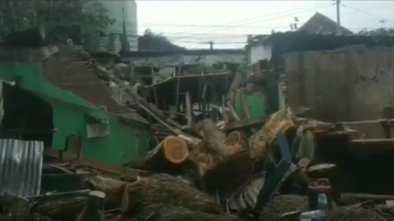 Kios pedagang rusak parah setelah tertimpa pohon tumbang. (metrotv)