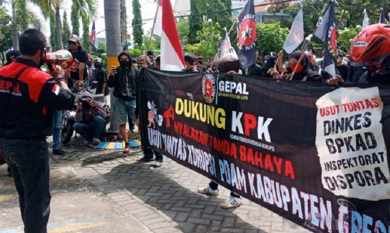 Sejumlah warga Gresik berdemo di depan kantor PDAM Giri Tirta Gresik sebagai upaya dukungan terhadap pengusutan dugaan kasus korupsi oleh KPK (Foto / Metro TV)