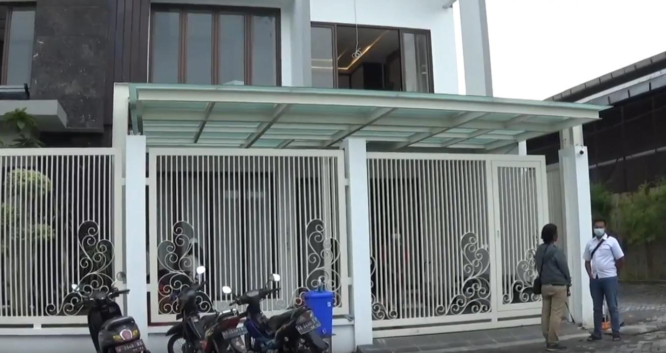 Rumah kediaman mantan Bupati Gresik, Sambari yang didatangi penyidik KPK (Foto / Metro TV)