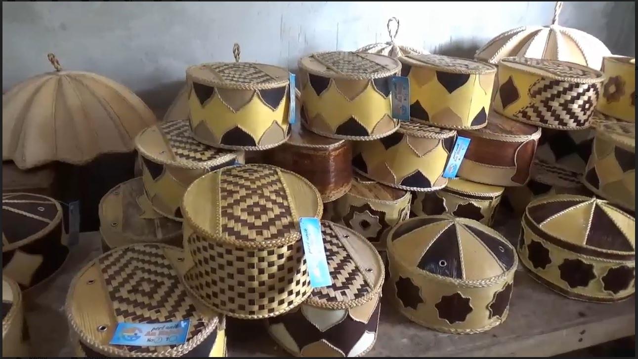 Unik, Mengintip Pembuatan Songkok dari Pelepah Pisang di Ngawi
