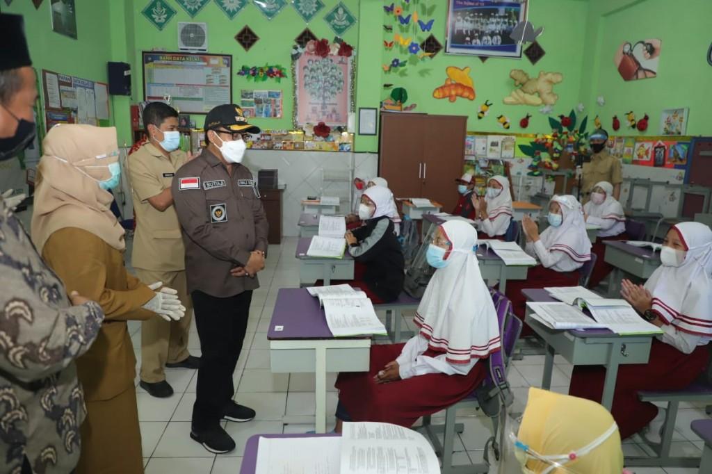 Wali Kota Malang, Sutiaji, meninjau langsung pelaksanaan PTM terbatas hari pertama