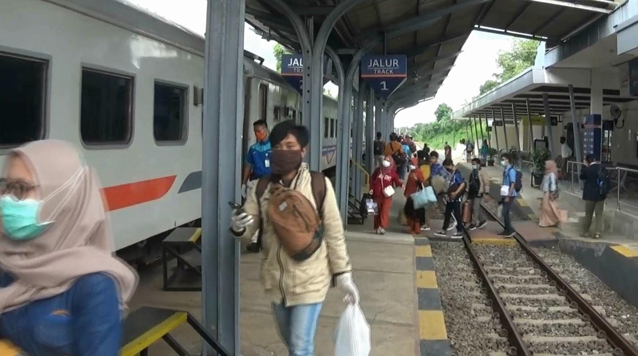Perjalanan lokal kereta api masih tetap normal (Foto / Metro TV)