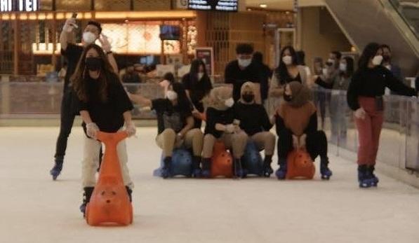 Sejumlah pengunjung mall Grand City tengah menikmati meluncur di ice skating (Foto /Istimewa)
