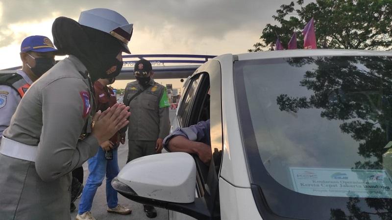 Kasatlantas Polresta Mojokerto AKP Fitria Wijayanti meminta pengemudi untuk putar balik (Foto / Metro TV)