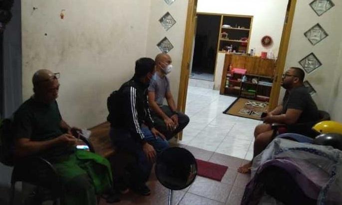 Polisi mendatangi rumah pelaku yang menyebut pengunjung mall yang bermasker adalah tolol (Foto / Istimewa)