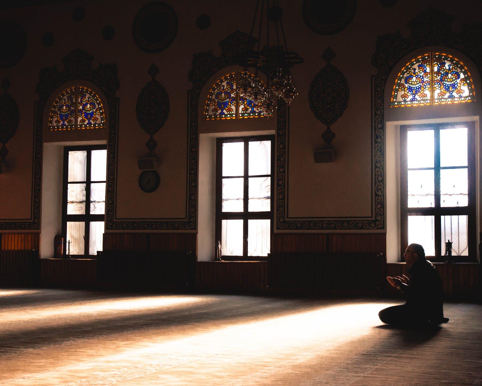 Geger Warga Diusir dari Masjid, Bagaimana Hukum Salat Memakai Masker?