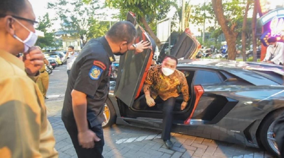 Wali Kota Surabaya Eri Cahyadi saat turun dari mobil Lamborghini crazy rich Surabaya, Melvin Tenggara (Foto / Istimewa)