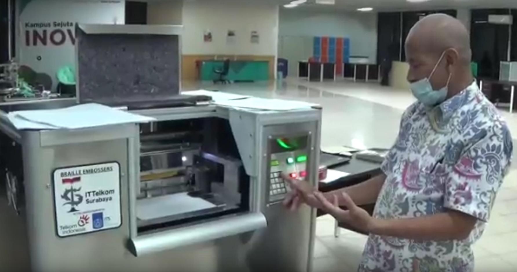 Rektor Institut Teknologi Telkom Surabaya memperkanalkan mesin cetak braille (Foto / Metro TV)
