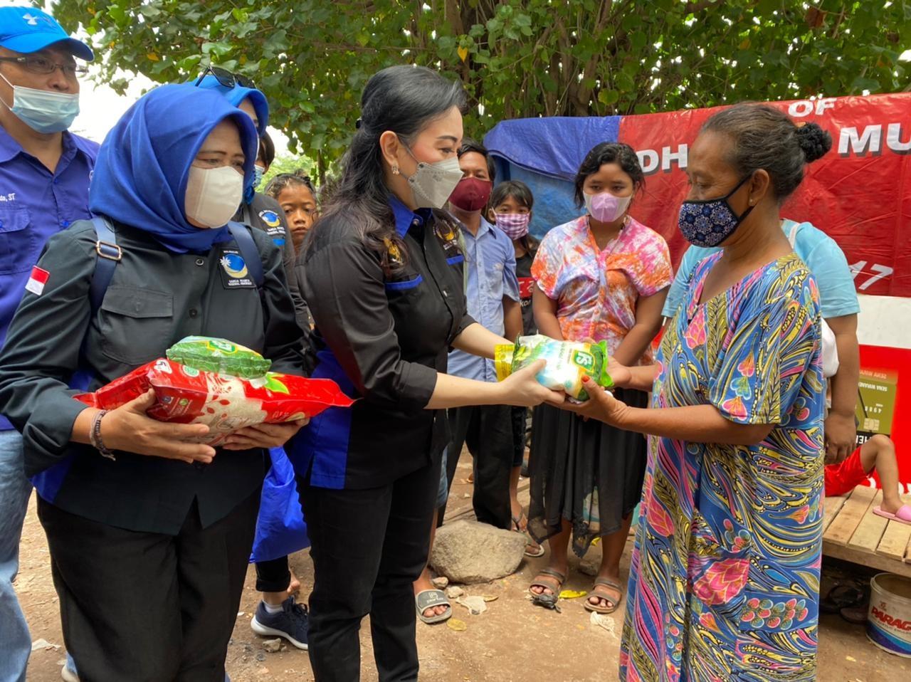 Garnita Malahayati Nasdem Jatim Bagikan 100 Paket Sembako