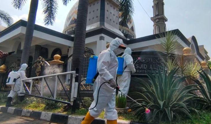 Petugas BPBD Kota Malang melakukan penyemprotan disinfektan di area masjid Al Waqar (Foto / Istimewa)