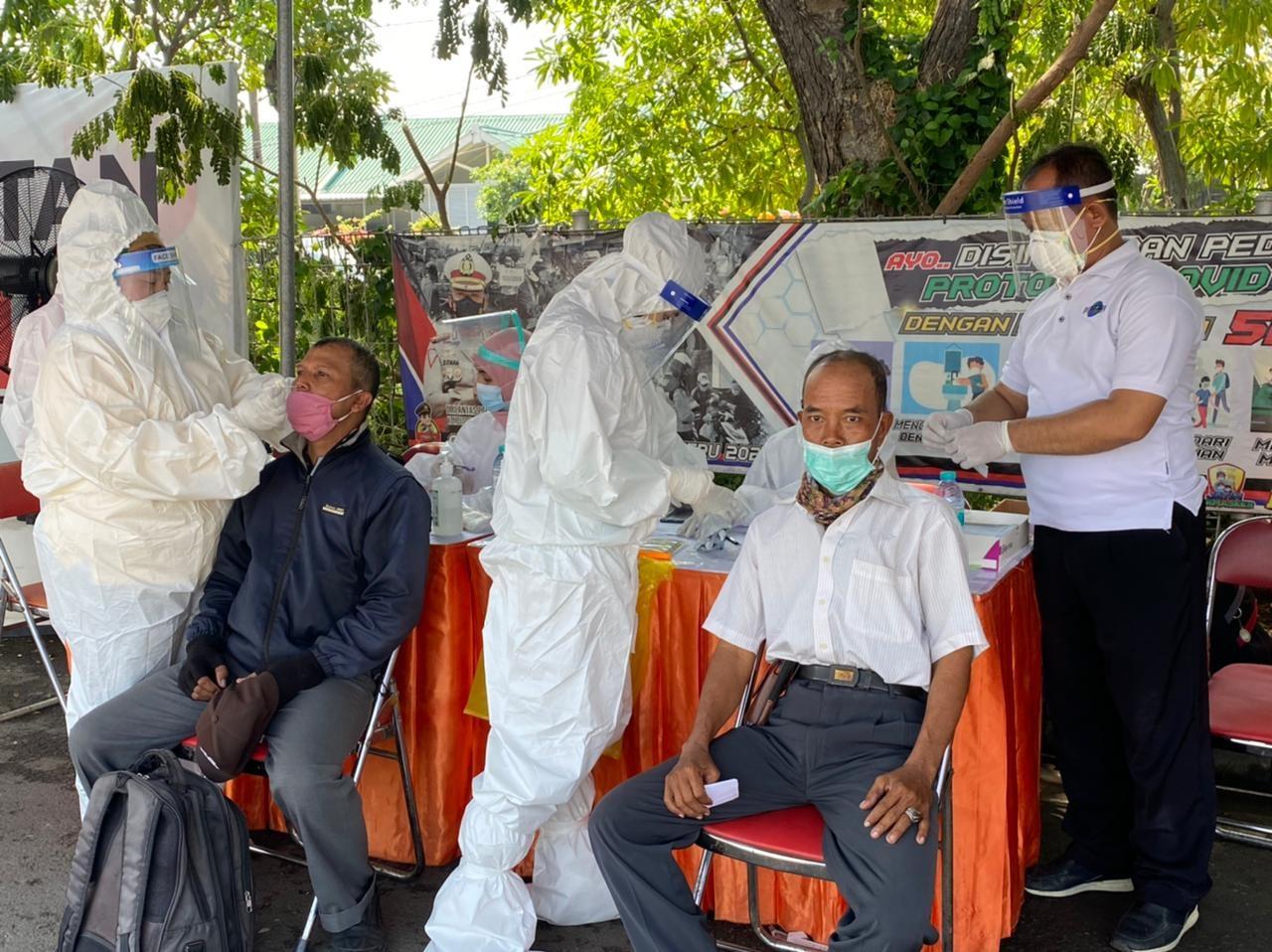 Pengendara yang melintas di Suramadu sisi Surabaya menjalani test swab di pos penyekatan (foto/reno)