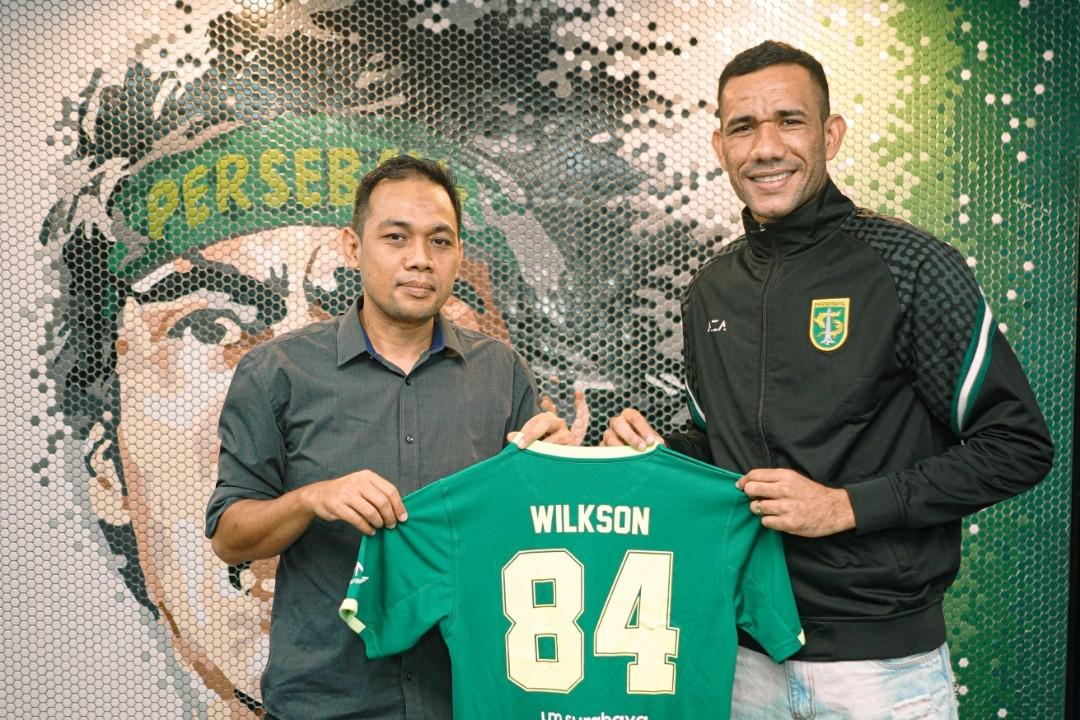 ose Wilkson bersama manajer tim Candra Wahyudi setelah tanda tangan kontrak. (foto/persebaya)