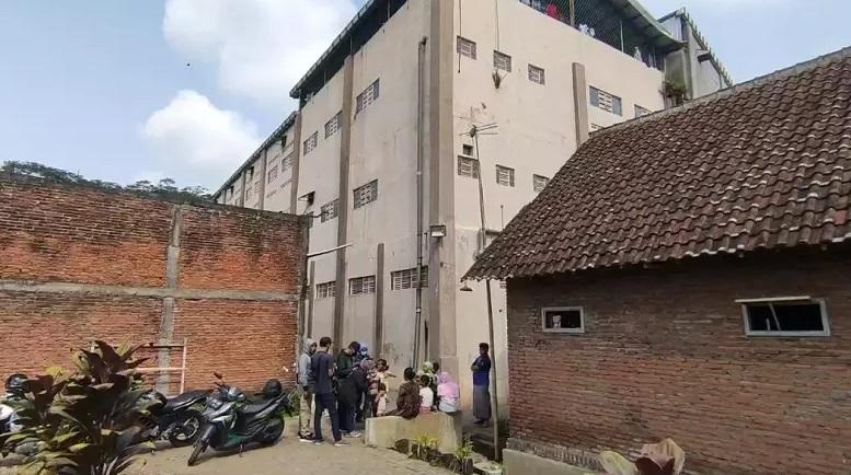 Sejumlah awak media mendatangi lokasi tempat penampungan TKW yang diduga mengalami penyiksaan (Foto / Metro TV)