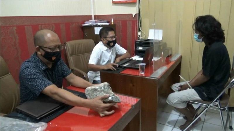Pelaku dan barang bukti berupa batu yang digunakan untuk membunuh Ismail diamankan (Foto / Metro TV)