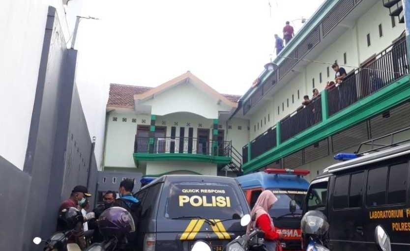 Polisi melakukan olah TKP di losmen tempat Sarianto tewas tersengat listrik (Foto / Metro TV)
